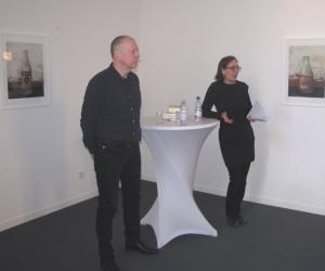 Der Fotograf Holger Herschel und Helen Thein vom ZZF Potsdam, die die Ausstellung organisiert hat und die Begrüßungsrede hielt.