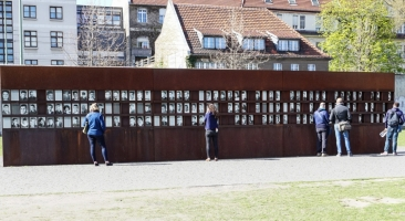 """""""Window of Remembrance"""" in memory of the victims at the Berlin Wall on the site of the Berlin Wall Memorial in Bernauer Strasse (Photo: Dajana Marquardt, 2015)"""