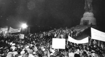 Demonstration von rund 250.000 BerlinerInnen am 3. Januar 1990 am Treptower Ehrenmal für die im Zeiten Weltkrieg gefallen sowjetischen Soldaten.  Foto: Ralph Hirschberger (Bundesarchiv, Bild 183-1990-0105-300 / Hirschberger, Ralph / CC-BY-SA 3.0)