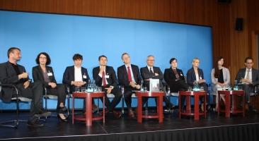 Die Forschergruppe unter Leitung von Prof. Dr. Frank Bösch (Mitte, links) und Prof. Dr. Andreas Wirsching (Mitte, rechts) bei der Vorstellung Ihrer Projektergebnisse, Foto: Hans-Hermann Hertle