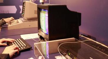 Die Besucher*innen können sich in einer Partie Schach gegen den DDR-Computer versuchen, Foto: Carolin Kulling