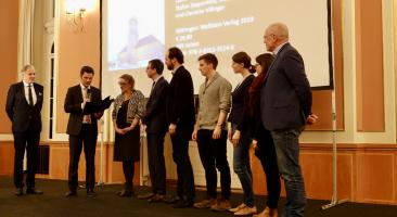 Steffen Krach, Staatssekretär für Wissenschaft und Forschung im Senat von Berlin, übergibt den Preis im Roten Rathaus / Foto: ZZF
