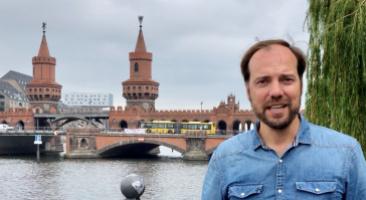 Co-Kurator Hanno Hochmuth vor der Berliner Oberbaumbrücke, die die Bezirke Friedrichshain und Kreuzberg verbindet, Foto: Ellen Röhner.