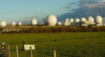 Radome in Menwith Hill, ein Stützpunkt der Royal Air Force in North Yorkshire, England. Die von britischen und US-Nachrichtendiensten betriebenen Antennenanlagen dienen teils der Erfassung von technisch vermittelter Kommunikation, teils dem Datentransfer mit Überwachungssatelliten. Die Liegenschaft gilt als eine der größten Einrichtungen zur technischen Aufklärung weltweit.