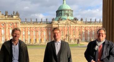 Stefan Zeppenfeld schloss erfolgreich seine Promotion an der Universität Potsdam ab. Betreut wurde die Dissertation von Professor Frank Bösch (links) und Priv.-Doz. Dr. Winfried Süß (rechts), Foto: René Schlott