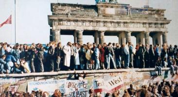 Foto: Mauerfall in Berlin, 10. November 1989 (beschnitten), Fotograf*in: unbekannt, Quelle:Wikimedia Commons, Lizenz:CC BY-SA 3.0