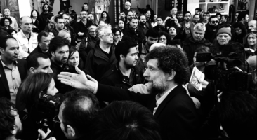 Osman Kavala at the Armenian Genocide centennial commemoration near Taksim Square, Istanbul (Photo: Rupen Janbazian, 2015). Quelle: Wikimedia Commons. Lizenz: CC BY-SA 4.0