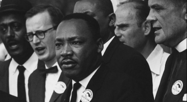 """Martin Luther King Jr. during the 1963 March on Washington for Jobs and Freedom, during which he delivered his historic """"I Have a Dream"""" speech, calling for an end to racism. Foto: 28. August 1963 by Rowland Scherman/CC0 Die Bilddatei ist im Bestand der National Archives and Records Administration verfügbar, katalogisiert unter dem National Archives Identifier (NAID) 542015  Gemeinfrei"""