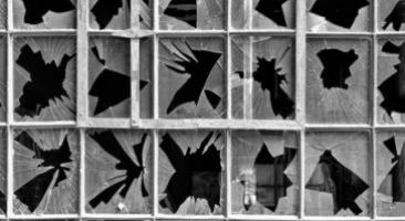 Smashing, zerbrochene Glasscheibe. Quelle: flickr via jurek d. (Jerzy Durczak). Lizenz: CC BY-NC 2.0.