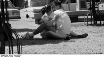 Liebespaar auf dem Pflaster des Platzes der Akardemie, Foto: Bundesarchiv, Bild 183-1989-0624-020 / CC-BY-SA 3.0