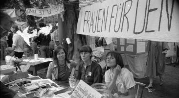 """Die Friedenswerkstatt am 3. Juli 1983 in der Ost-Berliner Erlöserkirche mit dem Thema """"Frieden pflanzen"""". Foto: Robert-Havemann-Gesellschaft/Werner Fischer"""