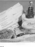 """Display zum """"Medikamentenschmuggel in Weihnachtssendungen"""" in einer Ausstellung des Amtes für Zoll und Kontrolle des Warenverkehrs im Ministerium für Gesundheitswesen in Berlin. Foto: Bundesarchiv, Bild 183-89187-0005 / Hochneder, Christa / CC-BY-SA 3.0,"""