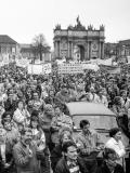 Menschen protestieren am 4. November 1989 auf dem Luisenplatz in Potsdam © Foto: Klaus D. Fahlbusch