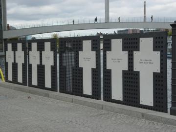 Gedenkkreuze für die Mauertoten an der Spree, nahe dem Reichstagsgebäude (Foto: Hans-Hermann Hertle, Aufnahme 2009)