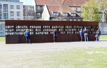 """""""Fenster des Gedenkens"""" zur Erinnerung an die Todesopfer an der Berliner Mauer auf dem Gelände der Gedenkstätte Berliner Mauer in der Bernauer Straße (Foto: Dajana Marquardt, Aufnahme 2015)"""