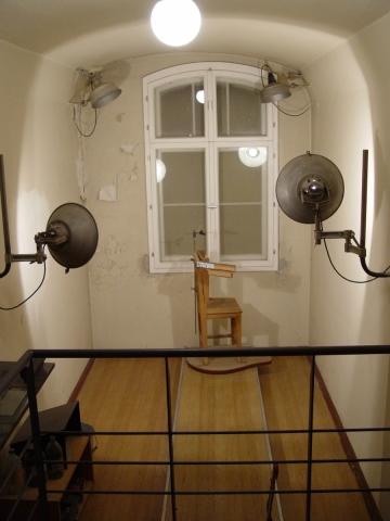 Haftbedingungen im Potsdamer Stasi-Untersuchungsgefängnis in der Lindenstraße: Fotozelle zur Anfertigung von Porträtfotos - Aufnahme von links, von rechts, von vorn - und zur Abnahme von Fingerabdrücken, Foto: Hans-Hermann Hertle