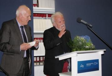 Den Zeitgeschichte digital-Preis 2017 teilten sich Harriet Scharnberg und Gerhard Paul Rehts). Den Preis überreichte Helmut Knüppel, Voritzender des ZZF Fördervereins (links), Foto: Marion Schlöttke