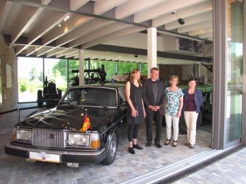 """Ausstellung """"Waldsiedlung Wandlitz - Eine Ausstellung der Macht"""" (Mai bis Nov. 2016) im Barnim Panorama: Zu den Ausstellungsstücken gehörte auch einer der Dienstwagen, ein Volvo Bj. 1980, den Stasi-Chef Erich Mielke nutzte. Vor dem Wagen die Ausstellumngsmacher (v.l.n.r.) Kuratorin Dr. Elke Kimmel (ZZF), Dr. Jürgen Danyel (ZZF), Dr. Claudia Schmid-Rathjen (Kulturamt Wandlitz) und Dr. Chritibne Papendieck (Museum Barnim Panorama), Foto: Marion Schlöttke"""