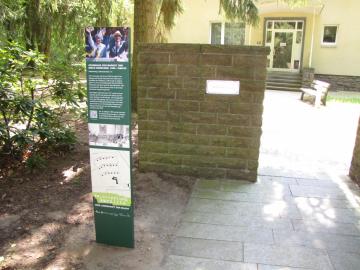 """Teil des Ausstellungsprojekts """"Waldsiedlung Wandlitz - Eine Landschaft der Macht"""" sind rund 20 Informationsstelen (Stand 2017), darunter die Stele vor dem Einfamilienhaus, in dem Margot und Erich Honecker von 1960 bis 1990 wohnten, Foto: Marion Schlöttke"""