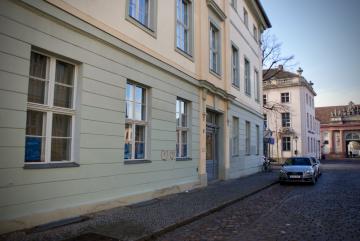 Der Eingang zum Hauptgebäude in der Schwertfegerstraße 8