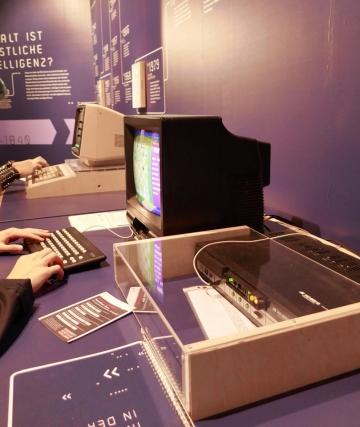 """Auf der MS Wissenschaft thematiert das ZZF noch bis Oktober an einem DDR-Schachcomputer aus den 1980-er Jahren das diesjährige Motto """"Künstliche Intelligenz"""" und informiert zur Geschichte der Computerisierung (Foto: Carolin Kulling)"""