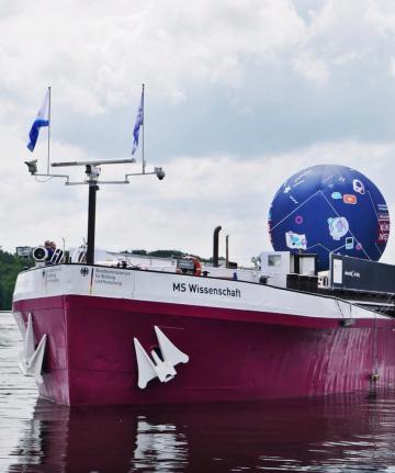 """Die """"MS Wissenschaft"""" machte im Potsdamer Yachthafen an der Kastanienallee Halt, Foto: Carolin Kulling"""