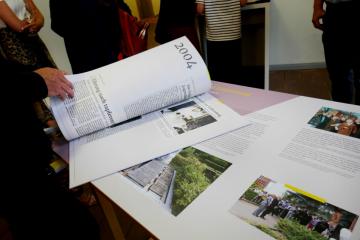 Ein Blick in den Pressespiegel der Ausstellung (Foto: Carolin Kulling).