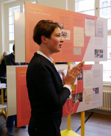 "Kuratorin Amélie zu Eulenburg stellt ""Zwischen den Fronten"" vor (Foto: Carolin Kulling)."