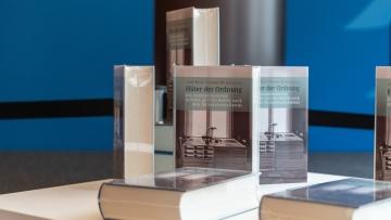 """Buch """"Hüter der Ordnung - Die Innenministerien in Bonn und Ost-Berlin nach dem Nationalsozialismus"""", erschienen im Wallstein Verlag, Foto: BMI"""