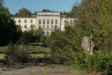 """Blick über den Innenhof des Schulgeländes in Richtung Lektionsgebäude; rechts: die Skulptur """"Völkerfreundschaft"""", aufgestellt in den 1980er-Jahren, Foto: Gerd llling, 2020"""