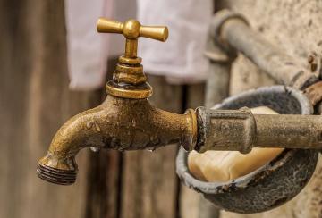 Wasserhahn, Seife (2019). Foto: Suju 1906 via pixabay (Nutzungsrechte: Pixabay License)