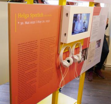 Neben den Informationen auf den Texttafeln können in der Ausstellung auch Video-Interviews angeschaut werden (Foto: Carolin Kulling).