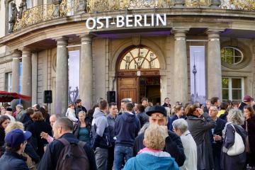 """Die silber-blaue Rakete stand einst im Vergnügungspark Plänterwald. Nun ist sie eines der rund 1000 Objekte in der Ausstellung """"Ost-Berlin. Die halbe Hauptstadt"""", Fotos: St. Eisenhuth"""