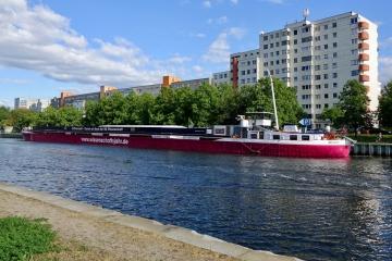 Die MS Wissenschaft am Iburger Ufer in Berlin-Charlottenburg
