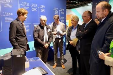 Martin Schmitt und Stefan Höltgen präsentieren den KC85 dem Ausschuss für Bildung, Forschung und Technikfolgenabschätzung des Bundestags