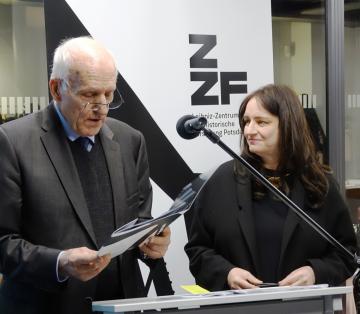 Preisträgerin Dr. Jutta Braun erhielt die Auszeichnung vom Vorsitzenden des ZZF-Fördervereins Professor Helmut Knüppel überreicht.