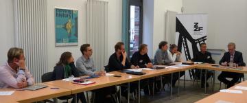 BMBF-Staatssekretär Lukas (rechts) und Wissenschaftler*innen des Verbundprojekts im Gespräch.