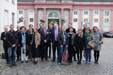 Das Projektteam des Forschungsverbunds und BMBF-Staatssekretär Professor Wolf-Dieter Lukas (Mitte rechts); Neben ihm ZZF-Direktor Frank Bösch. Beim BMBF wurde der Forschungsverbund eingeworben.