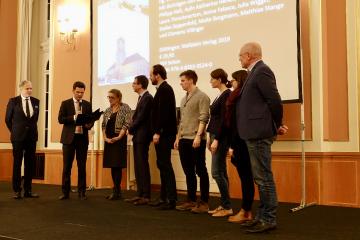 Steffen Krach, Staatssekretär für Wissenschaft und Forschung im Senat von Berlin, übergibt den Preis / Foto: ZZF