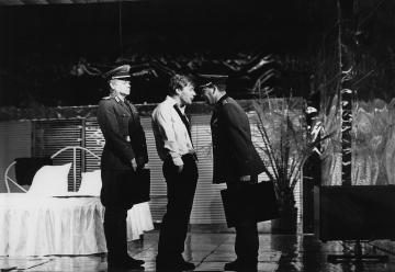 """Szene aus """"Der Revisor oder Katze aus dem Sack"""" mit Jörg Schüttauf (Mitte) u.a. im Hans Otto Theater (Frühjahr 1989), Foto: Jutta Oloff"""