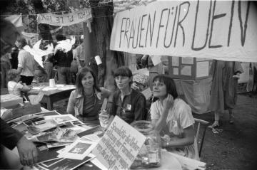 """Die Friedenswerkstatt am 3. Juli 1983 in der Ost-Berliner Erlöserkirche mit dem Thema """"Frieden pflanzen"""". Foto: Robert-Havemann-Gesellschaft/Werner Fischer, RHG_Fo_WF_041"""